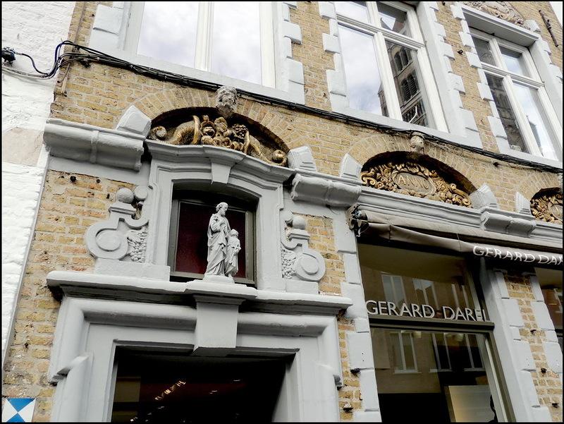 Gerard Darel, het Franse merk dat staat voor elegantie en simple chic voor de onafhankelijke, sterke vrouw van nu, heeft ook in Brugge zijn eigen boetiek. Het gebouw waarin de winkel gehuisvest is, is een geklasseerd gebouw met grote cultuurhistorische waarde. Dat zie je aan het herkenningsteken op de voorgevel.  Met het 'Shoppen met vriendinnen' arrangement van B&B Emma in Brugge sla je dus twee vliegen in één klap. Ontdek trendy boetieks in een prachtige historische omgeving!