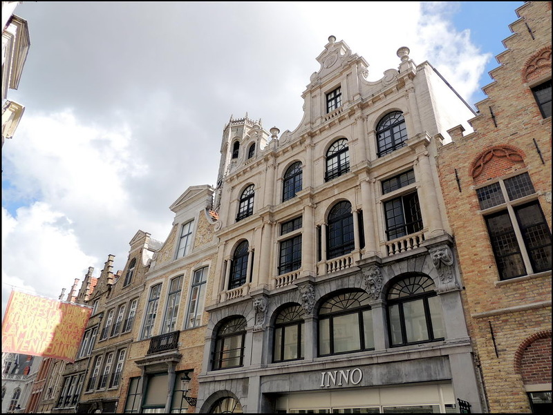 Galerij Inno is gelegen in de Steenstraat, tussen de Markt en 't Zand. De straat is één van de oudste wegen van Brugge en omgeving. Ze maakt deel uit van wat historici de 'Zandstraat' noemen, een  verbinding tussen Oudenburg en Aardenburg, gelegen op een verheven zandrug. Ter hoogte van de Sint-Salvatorskathedraal is dat nog duidelijk zichtbaar. Vergeet tijdens het shoppen zeker niet even de mooie winkelpanden te bewonderen en de geschiedenis op te snuiven!
