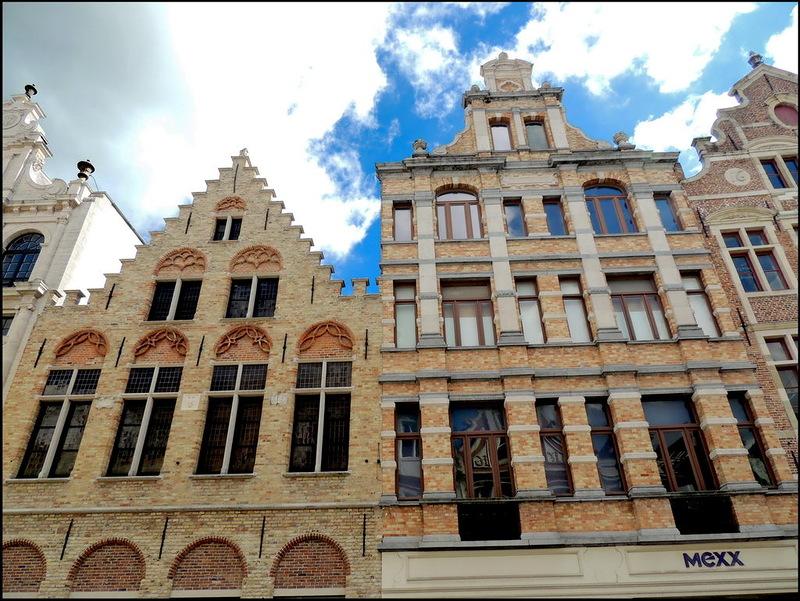 Het pand waarin de Mexx winkel in Brugge gevestigd is, heeft een 17de eeuwse trapgevel. Shoppen in de Steenstraat in Brugge is keer op keer binnenlopen in monumentale gebouwen met een rijke geschiedenis.  Je geniet dus van een groot en trendy winkelaanbod in een historische context. Uitrusten kan je op één van de vele gezellige pleintjes en terrasjes. Het personal shopping arrangement van B&B Emma Brugge leidt je naar de mooiste boetieks en verborgen eethuisjes!