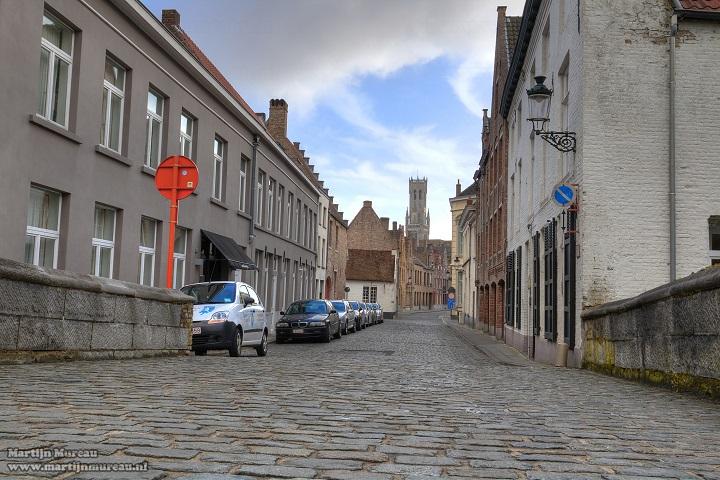 De Leeuwbrug loopt over de Speelmansrei in Brugge en was deel van de eerste stadsomwalling. Deze wijk ligt vlakbij de winkelstraten en toch ver weg van de drukte. Verschillende kunstenaars zoals Hans Memling en Lanceloot Blondeel woonden hier. Wil je de mooie oude volkswijken van Brugge leren kennen, dan vertel ik je daar heel graag meer over. B&B Emma is gelegen in Sint-Gillis, een volkswijk die teruggaat tot de 12de eeuw. Een ideale locatie om Brugge van buiten naar binnen te ontdekken.